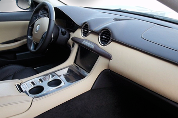 The battery pack is located under the center console (archive picture)